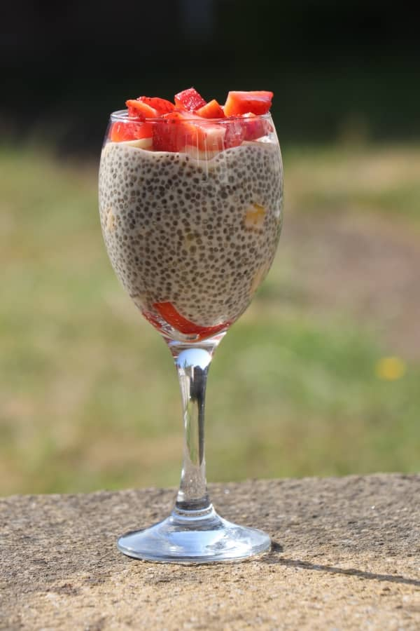 десерт с семена чиа и клубникой