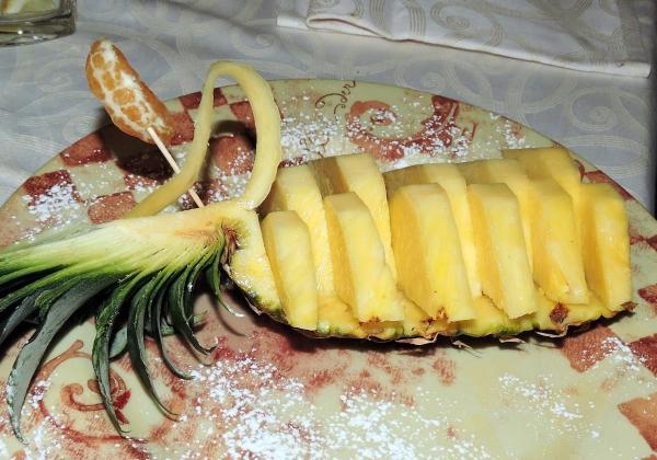 нарезанный кусочками ананас