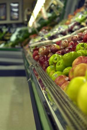 витрина с фруктами в магазине