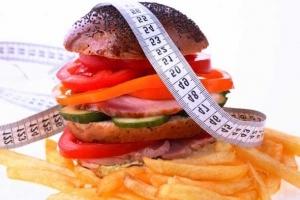 гамбургер, картошка фри и сантиметр