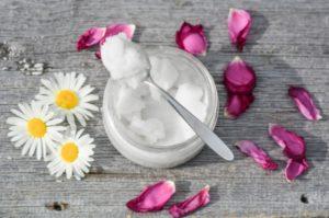 масло кокоса, ромашки и лепестки роз