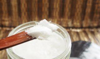 масло кокоса на деревянной ложке