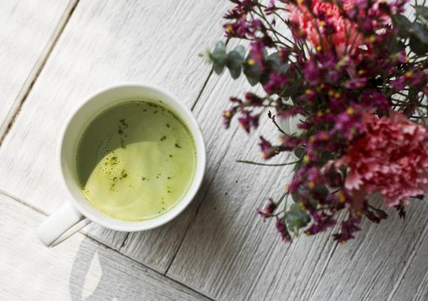 чашка с чаем матча и букет цветов