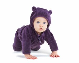 малыш в фиолетовом комбинезоне