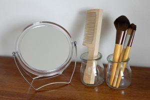 расческа, зеркало и кисти