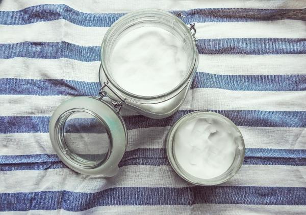кокосовое масло в стеклянной баночке