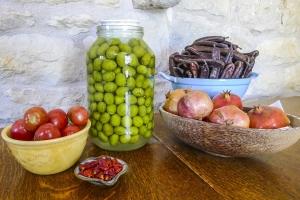 оливки в банке, помидоры, вяленые