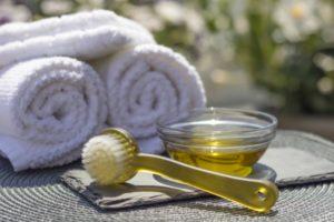 масло, полотенце и щетка