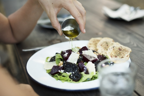 оливковое масло добавляют в салат