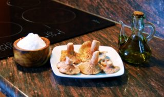 грибы, масло и соль