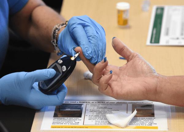 берут анализ крови из пальца
