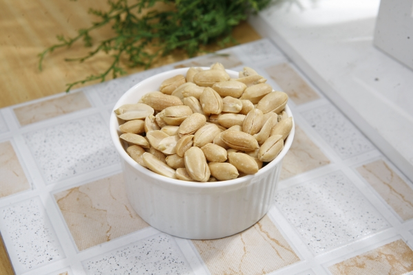 арахис в тарелке