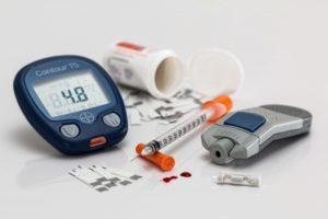 шприц, глюкометр,капли крови