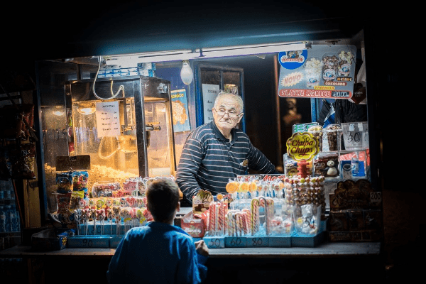 пожилой мужчина, мальчик и сладости