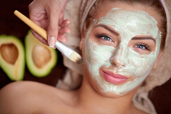маска из авокадо на лице девушки