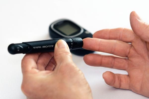 глюкометр, палец