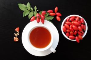 шиповник и чай из него в белой чашке