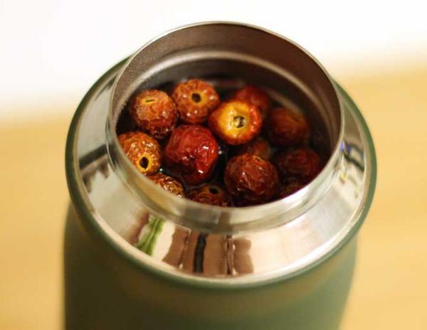 ягоды шиповника в термосе