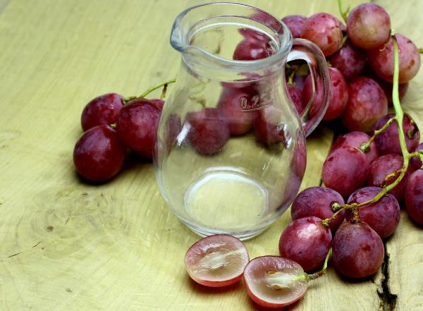 пустой графин и виноград