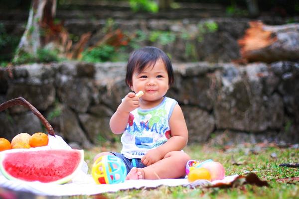 маленькая девочка на пикнике на улице
