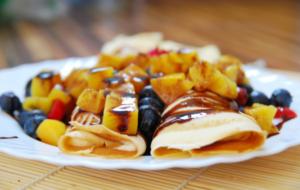 блинчики с фруктами и топпингом