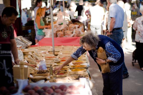 женщина на продуктовом рынке
