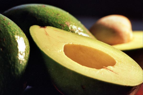 половинка зрелого авокадо
