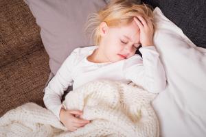 девочка на диване с одеялом