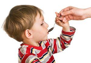 ребенок пьет из ложки