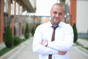мужчина в белой рубашке с галстуком