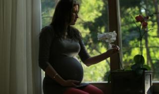 беременная сидит на подоконнике