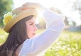 девушка в шляпе в солнечный день