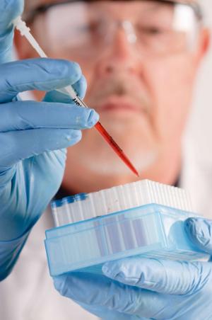 пробирки с кровью у врача