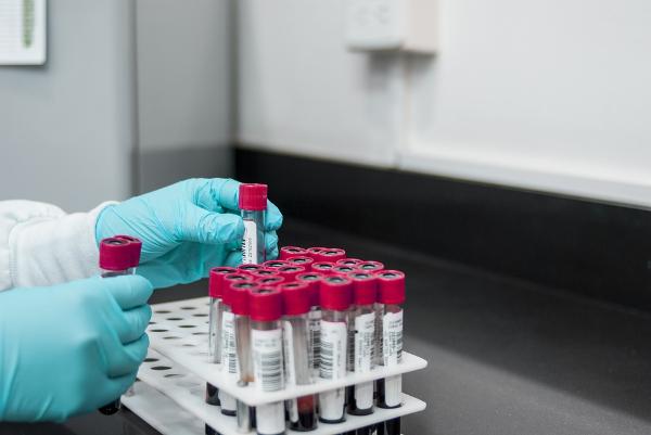 лаборант с пробирками крови