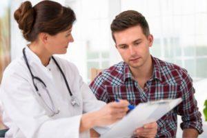 мужчина на приеме врача