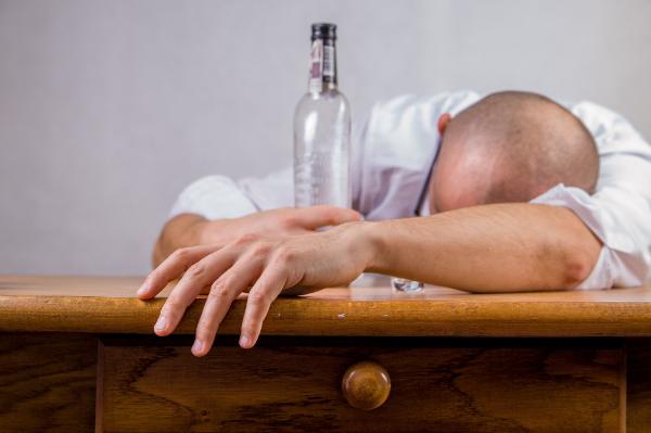 пьяный мужчина и бутылка