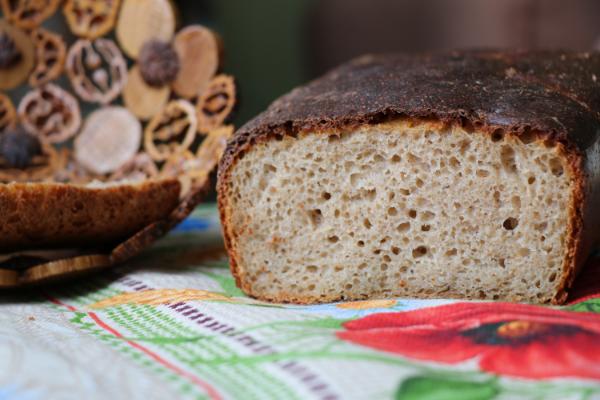 буханка хлеба на столе