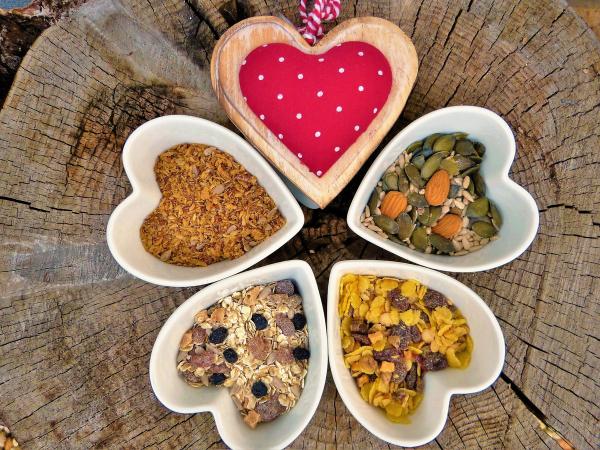продукты в тарелка-сердечках