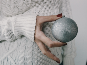 девушка держит шар