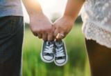 парень и девушка держат детские ботиночки