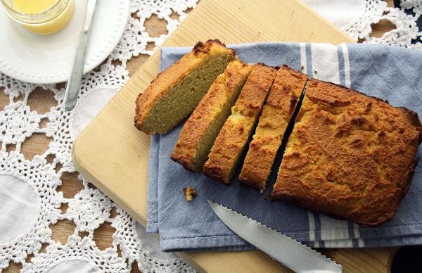 буханка хлеба с ножом на доске