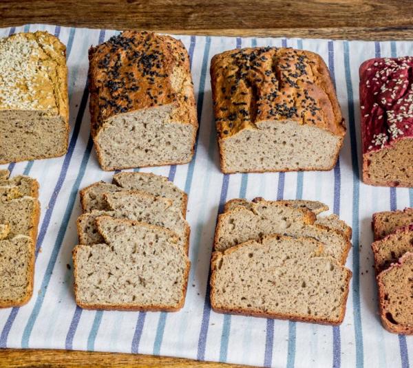 нарезанный хлеб на полотенце