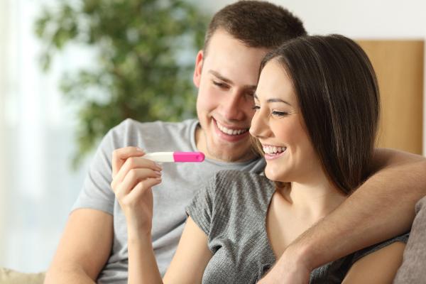 парень, девушка и тест на беременность