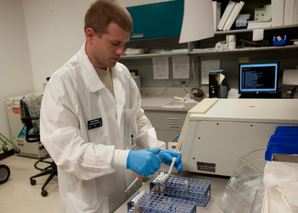мужчина в лаборатории