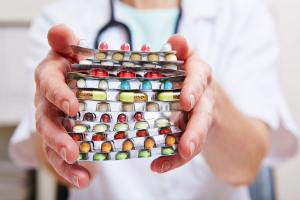 пачка лекарств в руках