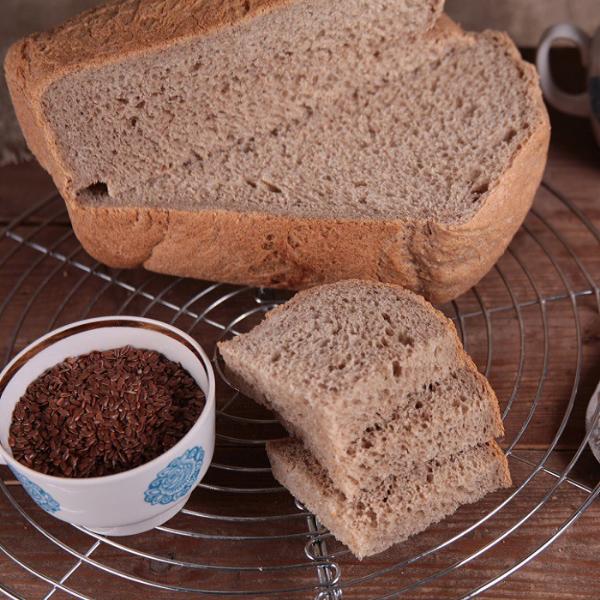 хлеб на решетке и семена льна