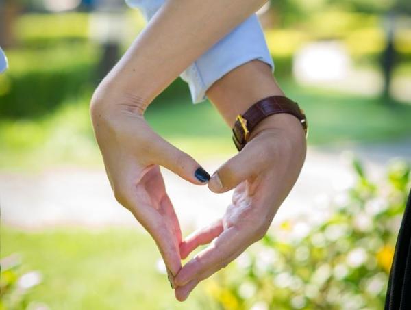 сердечко из пальцев рук