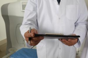 врач с планшетом