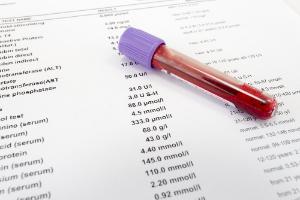 расшифровка анализа крови и пробирка