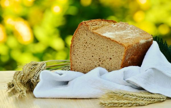 буханка хлеба на природе с колосками